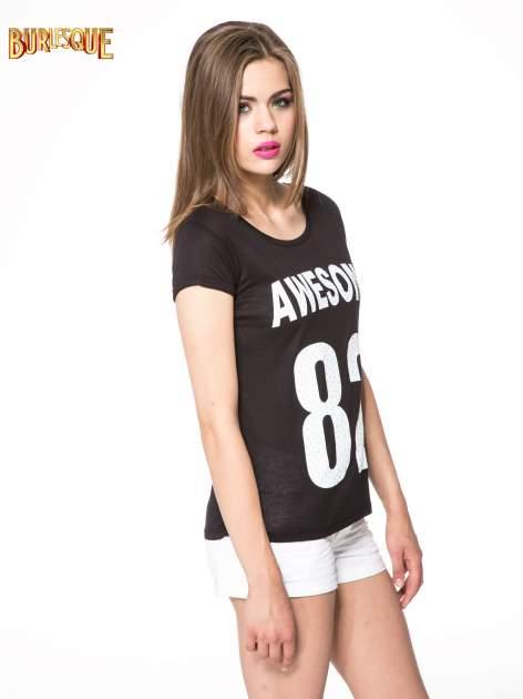 Czarny t-shirt z nadrukiem numerycznym AWESOME 82 z dżetami                                  zdj.                                  3