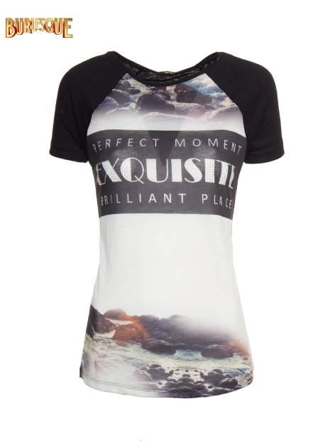 Czarny t-shirt z nadrukiem pejzażu i napisem EXQUISTE z dżetami                                  zdj.                                  1