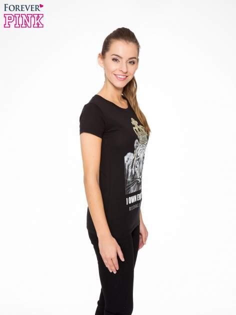 Czarny t-shirt z nadrukiem tygrysa z koroną                                  zdj.                                  3