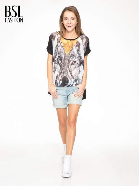 Czarny t-shirt z nadrukiem wilka i wydłużanym tyłem                                  zdj.                                  5