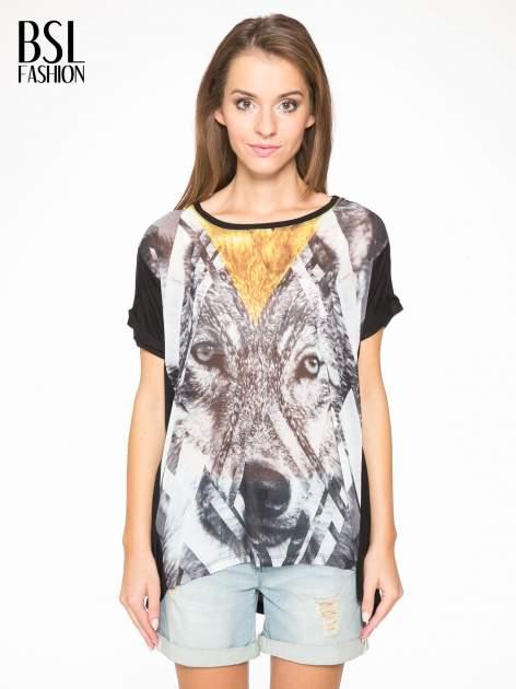 Czarny t-shirt z nadrukiem wilka i wydłużanym tyłem                                  zdj.                                  1