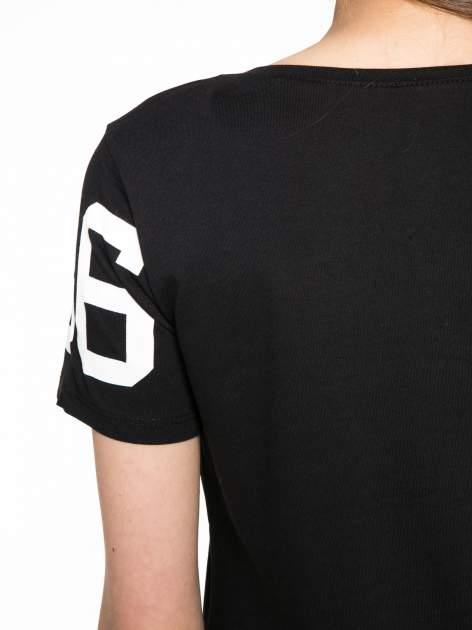 Czarny t-shirt z nadrukiem z cekinami                                  zdj.                                  10