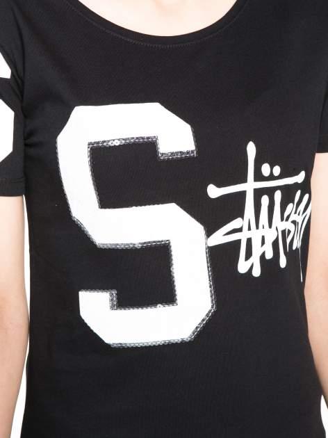 Czarny t-shirt z nadrukiem z cekinami                                  zdj.                                  8