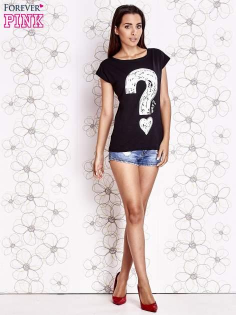 Czarny t-shirt z nadrukiem znaku zapytania                                  zdj.                                  2