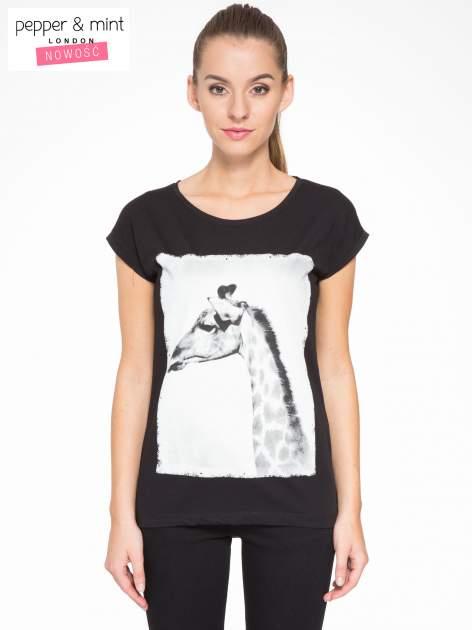 Czarny t-shirt z nadrukiem żyrafy                                  zdj.                                  1