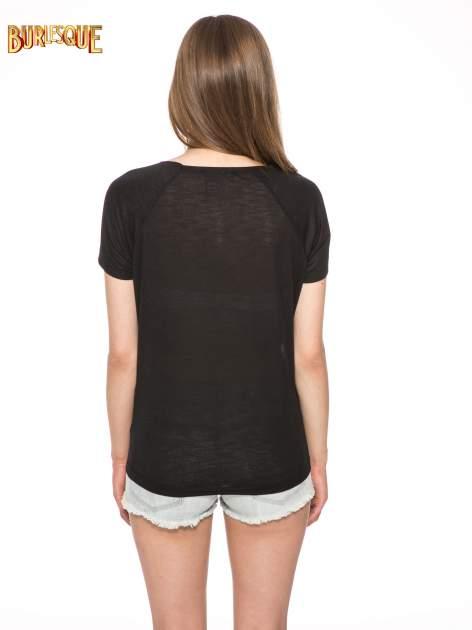 Czarny t-shirt z napisem A SUNDAY                                  zdj.                                  4