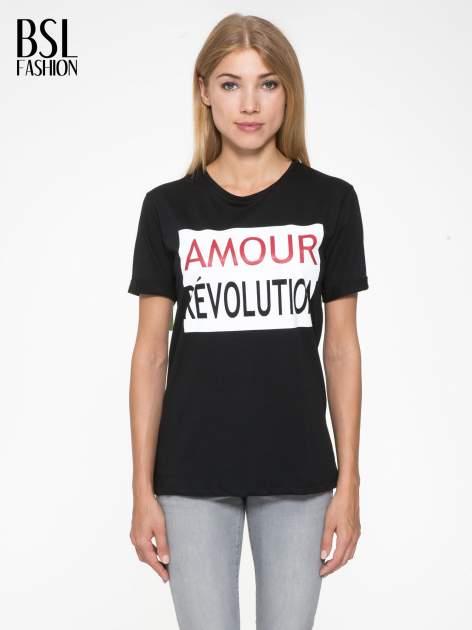 Czarny t-shirt z napisem AMOUR RÉVOLUTION