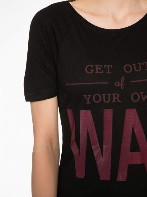 Czarny t-shirt z napisem GET OUT OF YOUR OWN WAY                                  zdj.                                  4