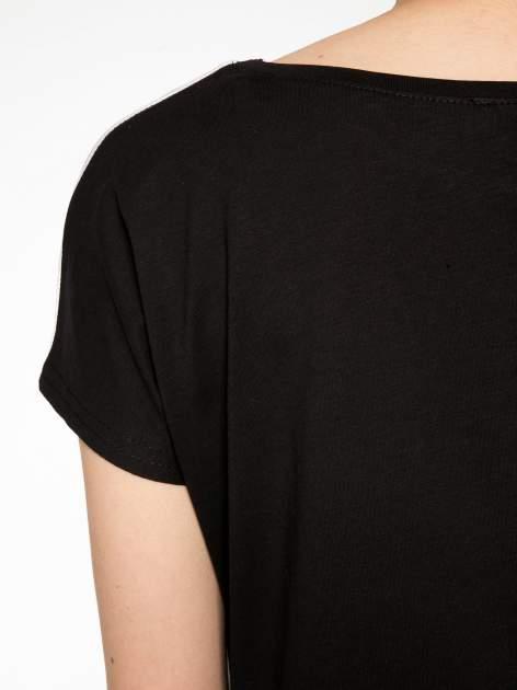 Czarny t-shirt z napisem MAD i kwiatowym nadrukiem                                  zdj.                                  9