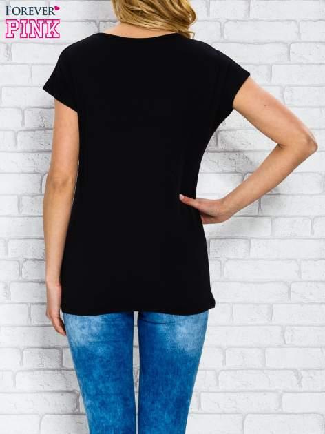 Czarny t-shirt z napisem STYLE IS FOREVER LOVE z dżetami                                  zdj.                                  2
