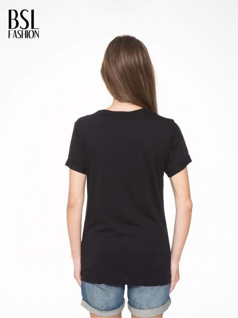 Czarny t-shirt z napisem SWEAR ON CHANEL                                  zdj.                                  4