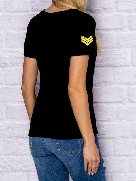 Czarny t-shirt z naszywkami                                  zdj.                                  2