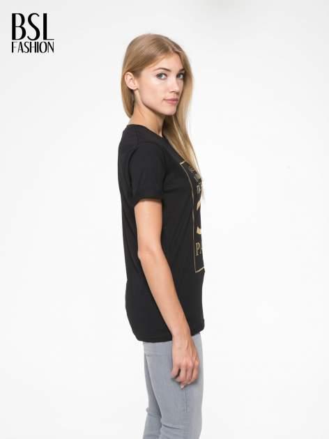 Czarny t-shirt z nazwami stolic mody                                  zdj.                                  3