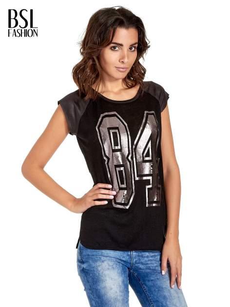 Czarny t-shirt z numerkiem i skórzanymi rękawami                                  zdj.                                  1
