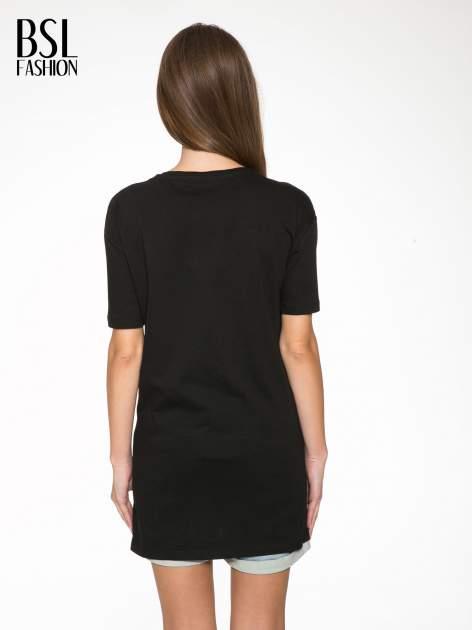 Czarny t-shirt z tekstowym nadrukiem i znakami chińskimi                                  zdj.                                  4