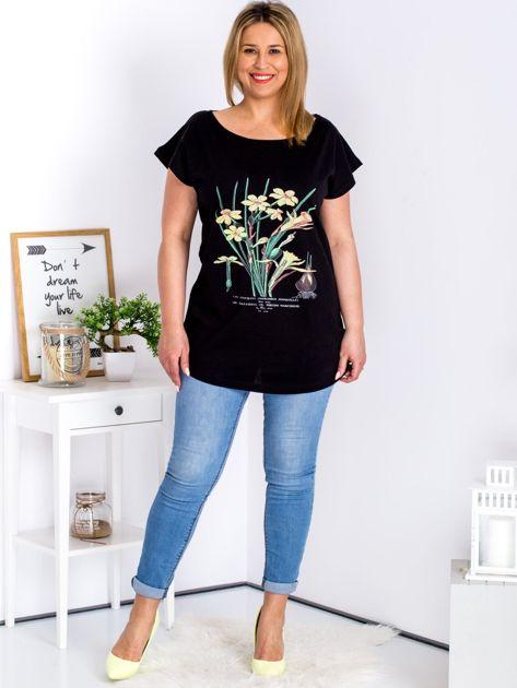 Czarny t-shirt z żonkilami PLUS SIZE                              zdj.                              4