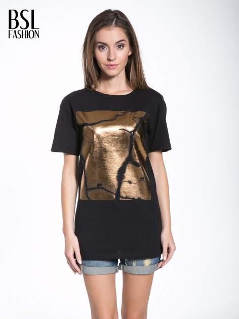 Czarny t-shirt ze złotą grafiką                                  zdj.                                  1