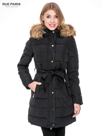 Czarny taliowany płaszcz puchowy z kapturem z futerkiem                                  zdj.                                  1