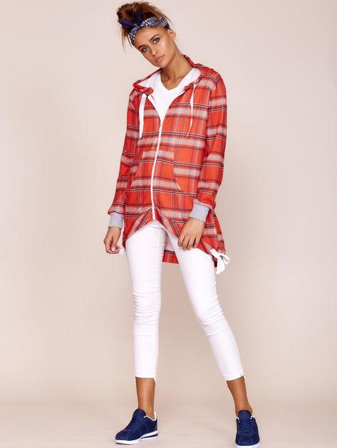 Czerwona bluza w kratę z dłuższym tyłem                              zdj.                              4
