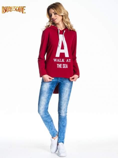Czerwona bluza z kapturem i napisem A WALK AT THE SEA                                  zdj.                                  2