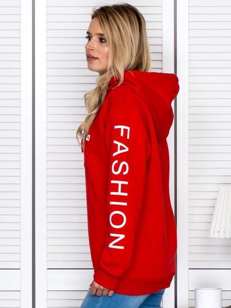 Czerwona bluza z napisami na rękawach                              zdj.                              3