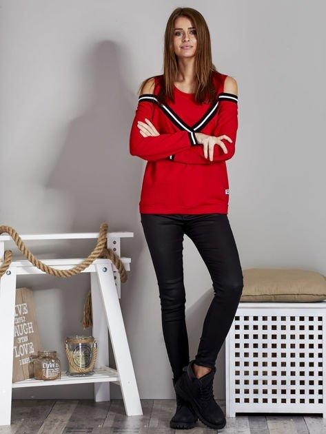 Czerwona bluza z ukośnymi ściągaczami                              zdj.                              4