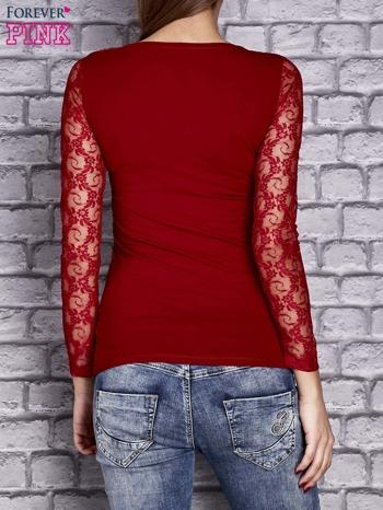 Czerwona bluzka z ażurowymi rękawami                                  zdj.                                  4