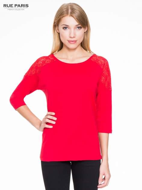 Czerwona bluzka z koronkową wstawką na ramionach                                  zdj.                                  1