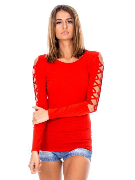 Czerwona bluzka z ozdobną plecionką na rękawach                              zdj.                              1