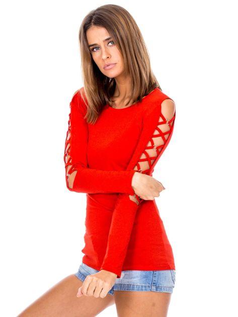 Czerwona bluzka z ozdobną plecionką na rękawach                              zdj.                              3