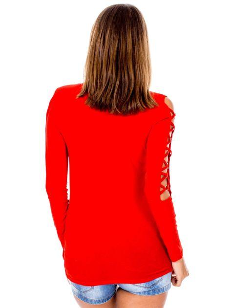 Czerwona bluzka z ozdobną plecionką na rękawach                              zdj.                              2