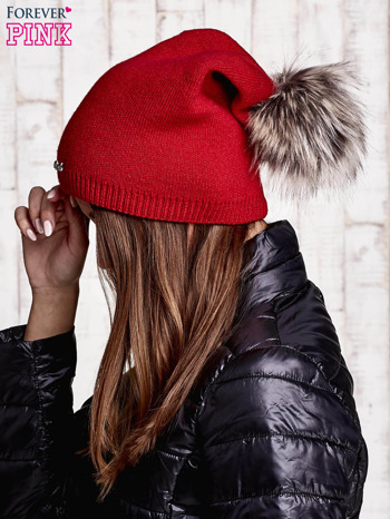 Czerwona czapka z futrzanym pomponem i przypinką                                  zdj.                                  2