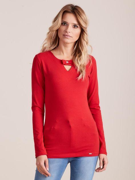 Czerwona dopasowana bluzka z ozdobnym dekoltem                              zdj.                              1