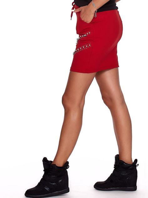Czerwona dresowa spódnica z kieszeniami i perełkami                              zdj.                              6