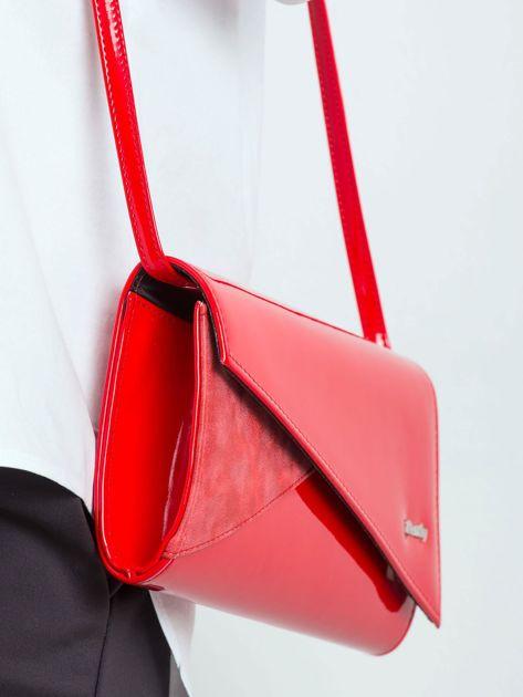 Czerwona kopertówka z asymetryczną klapką                              zdj.                              3