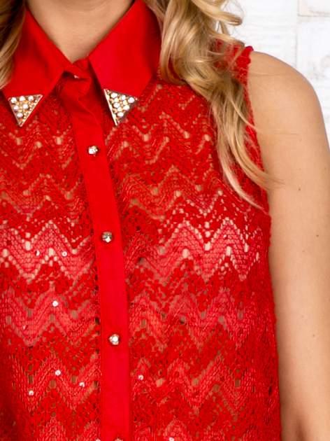 Czerwona koszula z aplikacją na kołnierzyku                                  zdj.                                  5