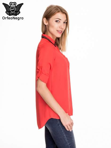 Czerwona koszula z kołnierzykiem zdobionym cekinami i kieszonką                                  zdj.                                  5