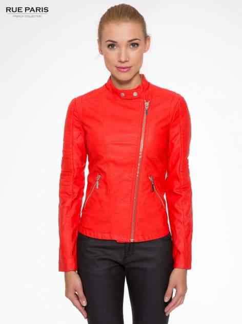 Czerwona kurtka biker z przeszyciami na ramionach