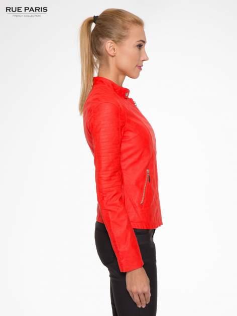 Czerwona kurtka biker z przeszyciami na ramionach                                  zdj.                                  3
