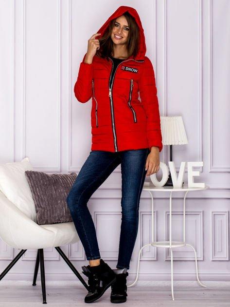 Czerwona kurtka przejściowa z błyszczącymi suwakami                                  zdj.                                  6