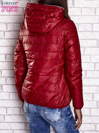 Czerwona ocieplana kurtka z kontrastowym wykończeniem kaptura                                  zdj.                                  3
