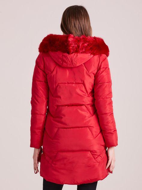 Czerwona pikowana kurtka na zimę                              zdj.                              2