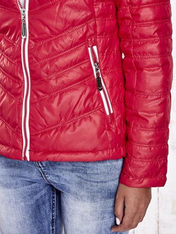 Czerwona pikowana kurtka z wykończeniem w groszki                                  zdj.                                  9