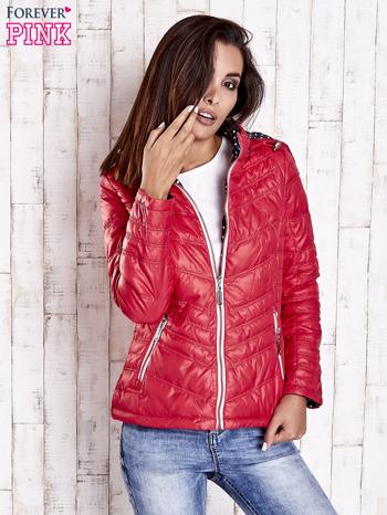 Czerwona pikowana kurtka z wykończeniem w groszki                                  zdj.                                  4