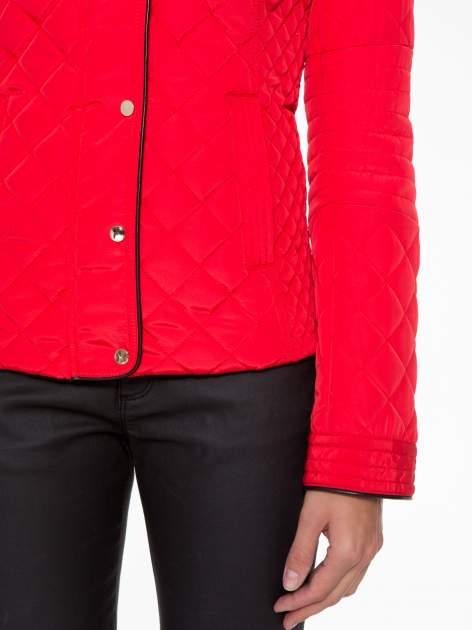 Czerwona pikowana kurtka ze skórzaną lamówką                                  zdj.                                  7