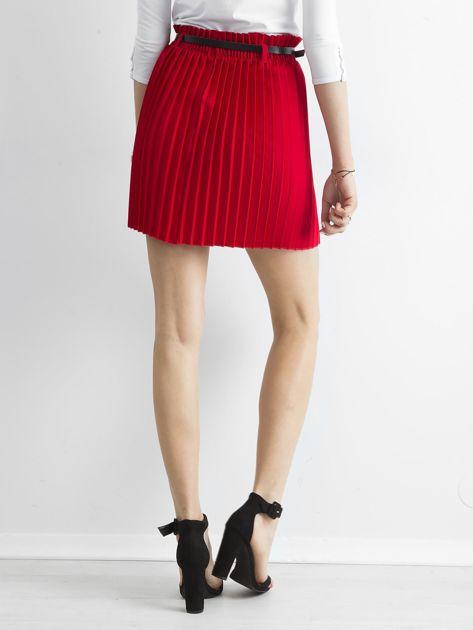 Czerwona plisowana spódnica z paskiem                              zdj.                              2