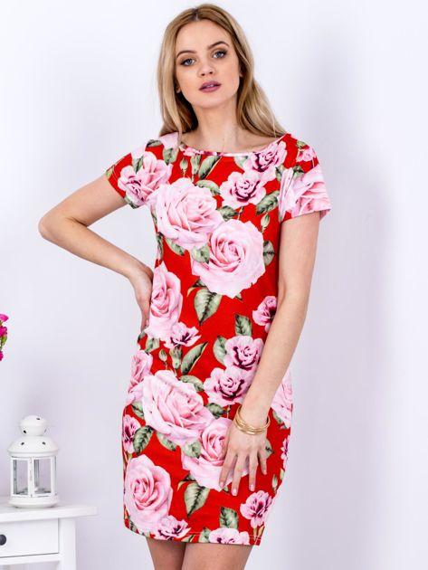 Czerwona prosta sukienka w kolorowe róże                              zdj.                              1