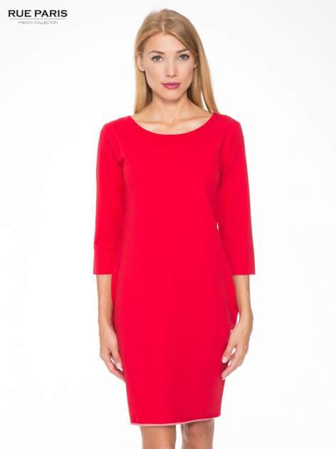 Czerwona prosta sukienka z surowym wykończeniem i kieszeniami