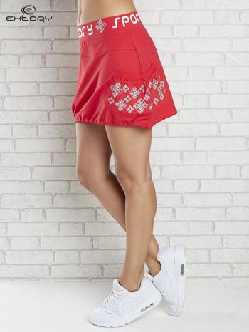 Czerwona spódnica dresowa z nadrukami i troczkiem na dole                                  zdj.                                  3