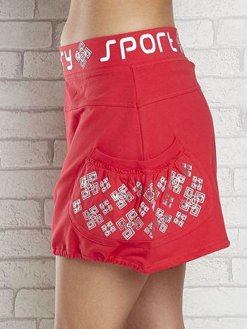 Czerwona spódnica dresowa z nadrukami i troczkiem na dole                                  zdj.                                  5